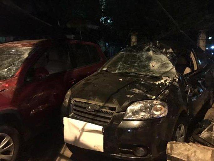 Hai chiếc xe ô tô bị chiếc xe sang Range Rover cưỡi lên - Ảnh: Otofun