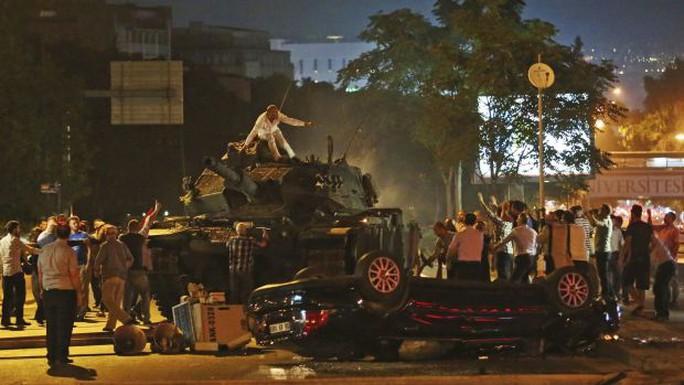Người dân Thổ Nhĩ Kỳ leo lên xe tăng quân đội. Ảnh: AP