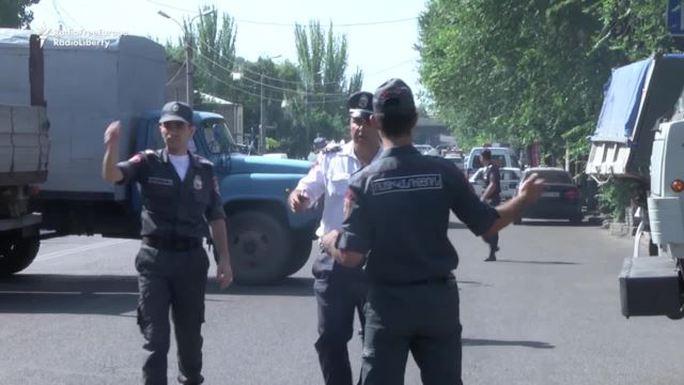 Cuộc giằng co giữa cảnh sát và một nhóm tay súng liên kết với nhóm Sáng lập Quốc hội đối lập tiếp tục diễn ra. Ảnh: RFERL
