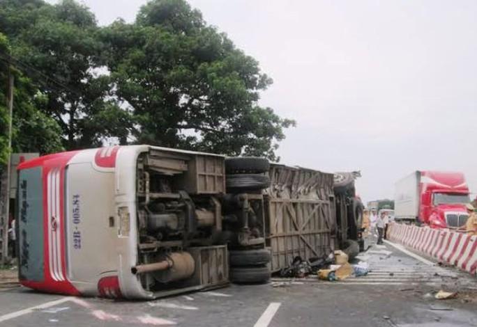 Hiện trường xảy ra vụ tai nạn ở TP Phủ Lý, tỉnh Hà Nam khiến 1 người chết và 7 người bị thương