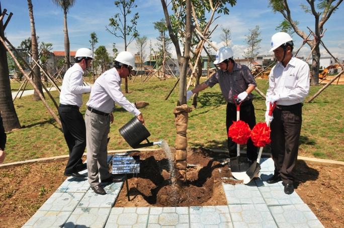 Trồng cây xanh trong khu đô thị VSIP Quảng Ngãi