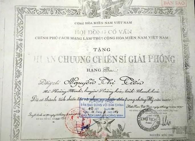 Huân chương chiến sĩ giả phóng trong tập hồ sơ của bà Nguyễn Thị Tiến (SN 1944)...