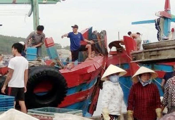 Tàu cá của ngư dân Trần Văn Hòa đã trở vào đất liền an toàn sau khi bị tàu lạ đâm suýt chìm ngoài vùng biển Hải Phòng