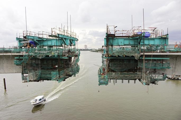 Nhịp cầu ở giữa sông Sài Gòn đang bước vào giai đoạn hoàn tất, chuẩn bị hợp long. Nhịp cầu này hoàn tòa được đúc khuôn chứ không sử dụng phương pháp lắp ghép các đốt dầm.