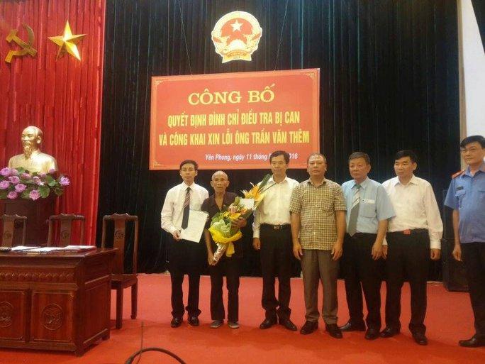 Thiếu tướng Trần Trọng Lượng, Phó Tổng cục trưởng Tổng cục cảnh sát Bộ Công an, tặng hoa cho ông Trần Văn Thêm