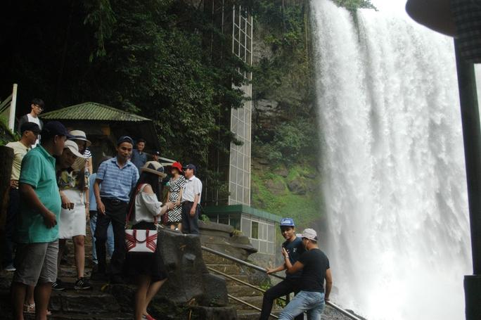 Hiện tại nước thác rất lớn nên du khách đến đây rất đông.