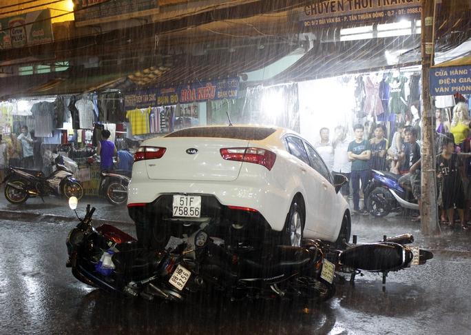 Hiện trường vụ tai nạn dưới cơn mưa.