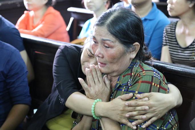 Trong lúc tòa xét xử có lúc bà Thi khóc không ngồi vững, khóc gần như cạn nước mắt