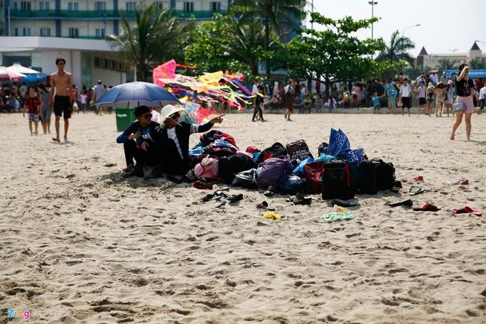 Giá phòng 800.000 đồng một đêm đối với phòng khách sạn hạng xoàng, nhưng vẫn cháy. Những người không đặt trước chỉ còn cách mang theo hành lý xuống bãi cát thay nhau trông coi.