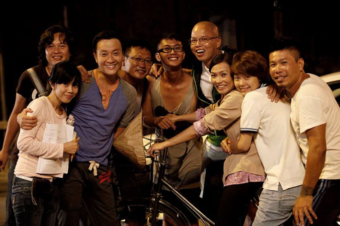 Phó đạo diễn trẻ Hùng Ali (đứng cạnh Vũ Ngọc Đãng) cùng các diễn viên phim Vừa đi vừa khóc
