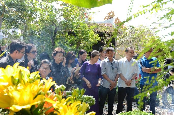 """""""Fan"""" dâng hoa, nhớ ngày mất Trịnh Công Sơn"""