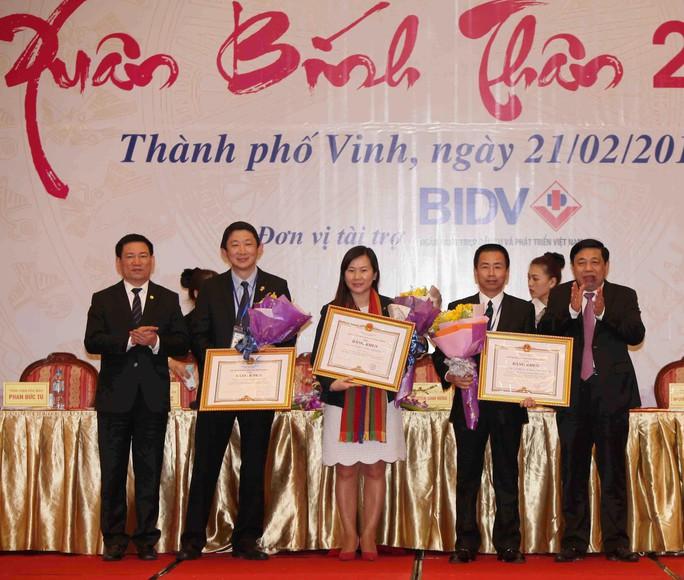 UBND tỉnh Nghệ An trao tặng bằng khen cho các doanh nghiệp có nhiều đóng góp phát triển kinh tế ở địa phương Ảnh: TTXVN