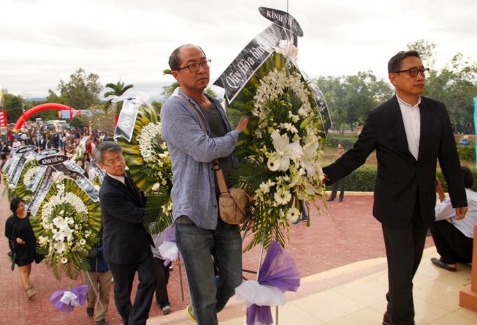 Đại diện các tổ chức quốc tế, các hội, đoàn thể Hàn Quốc dâng hoa, dâng hương đến những người dân vô tội trong vụ thảm sát năm 1966