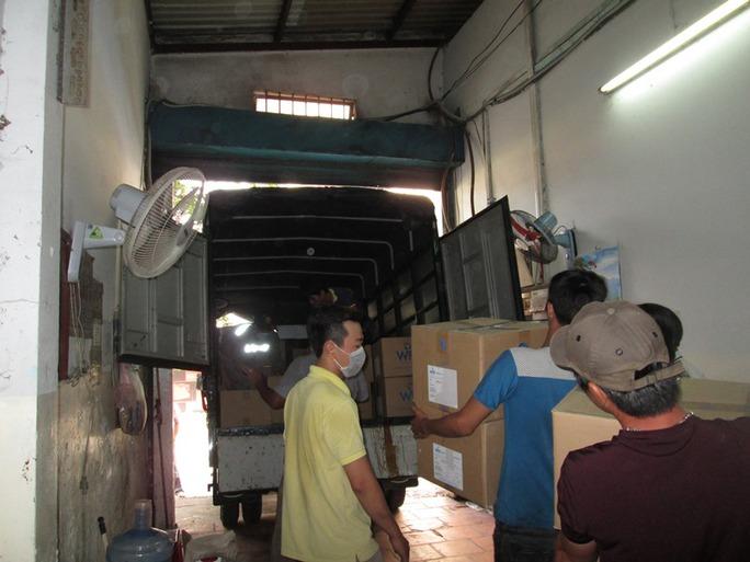 Lô hàng được đưa lên xe vận chuyển
