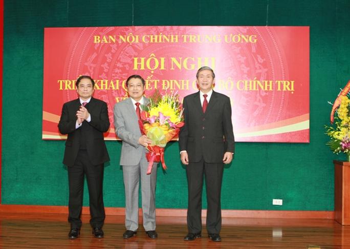 Ông Đinh Thế Huynh (phải) và Phạm Minh Chính (trái) tặng hoa chúc mừng tân Trưởng Ban Nội chính Trung ương Phan Đình Trạc (giữa)
