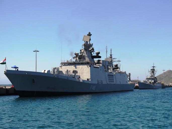 Tàu INS Satpura (trước) và INS Rirch (sau) neo tại Cảng Quốc tế Cam Ranh