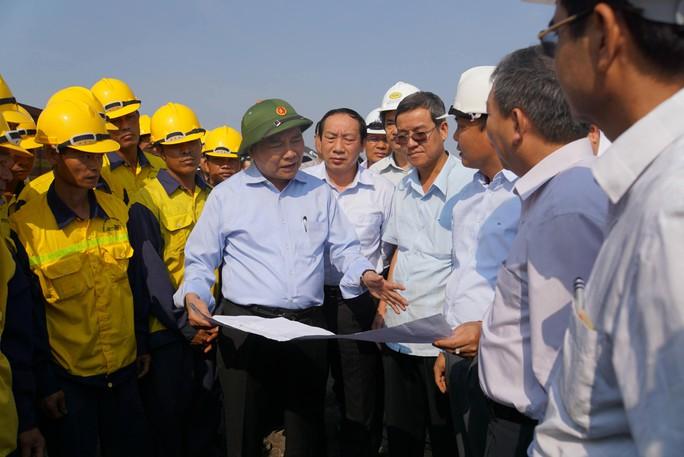 Phó Thủ tướng Nguyễn Xuân Phúc kiểm tra công tác khắc phục sự cố sập cầu Ghềnh (Đồng Nai) ngày 3-4