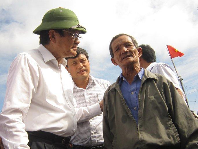 Nguyên Chủ tịch nước Trương Tấn Sang động viên ngư dân tiếp tục ra khơi