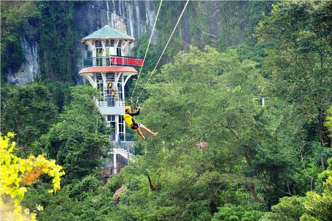 Dịch vụ đu dây Zipline năm nay ở Quảng Bình rất hút khách