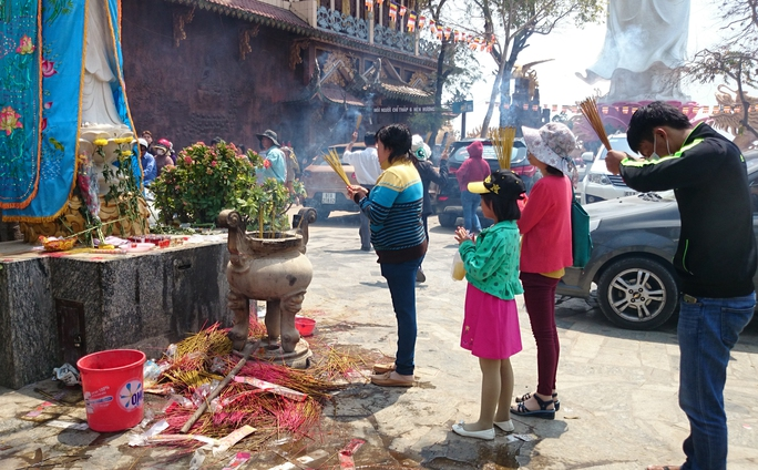 Mặc dù nội quy của chùa là chỉ đốt 6 cây nhang nhưng ai cũng đốt cả bó nhang khiến cả ngôi chùa nghi ngút khói tới mức khó thở. Phía bên dưới những bệ hương, que nhang được vứt chất đống nằm la liệt.