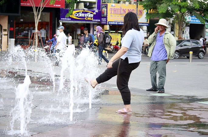 Bạn trẻ này cũng thản nhiên rửa chân trước ánh mắt của người dân và khách du lịch nước ngoài.