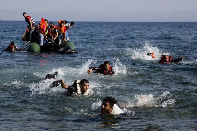Người di cư bơi về đảo Lesbos - Hy Lạp hồi tháng 9-2015. Ảnh: AP