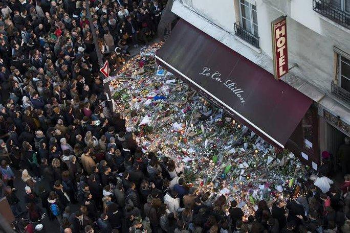 Đám đông tưởng niệm vụ khủng bố làm 130 người thiệt mạng ở Paris. Ảnh: EPA