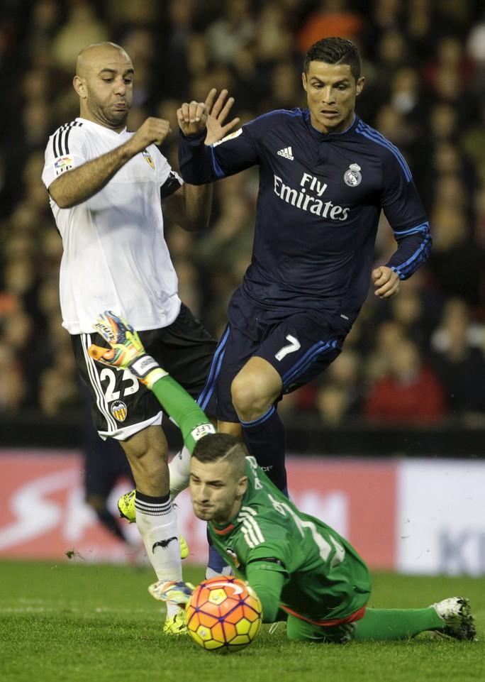 Ronaldo trong trận hòa Valencia 2-2. Anh được cho là không phục HLV Benitez
