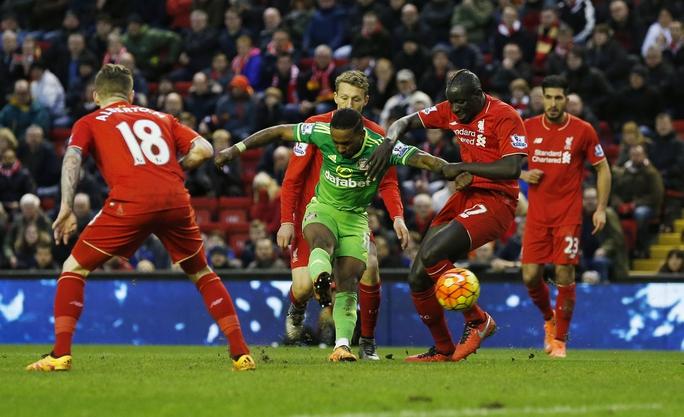 Defoe sát muối vào vết thương lòng của CĐV Liverpool khi ghi bàn gỡ hòa 2-2 cho Sunderland ở những phút cuối