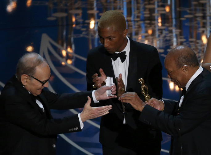 Ennio Morricone nhận giải trong sự xúc động