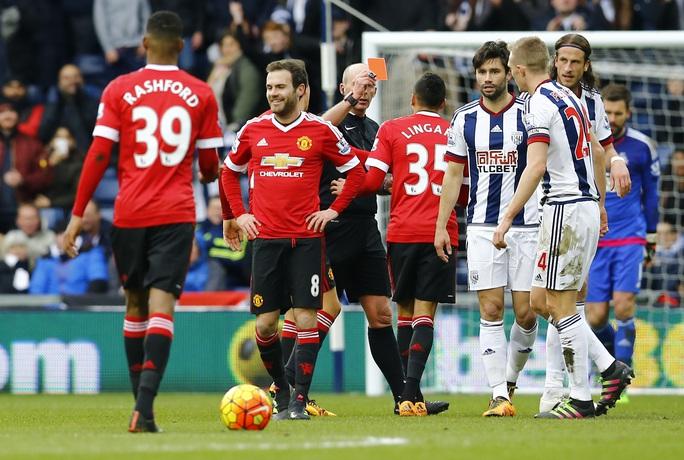 Chiếc thẻ đỏ tai hại của Mata đã khiến M.U khởi đầu vô cùng khó khăn dù đối thủ bị đánh giá thấp hơn rất nhiều