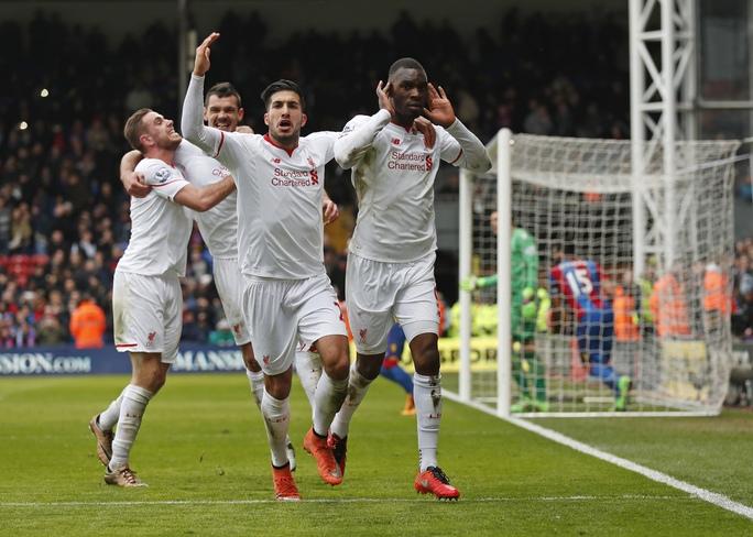 Benteke (phải) sau pha đá phạt đền quyết định ở phút 90+6 giúp Liverpool lội ngược dòng trước Crystal Palace