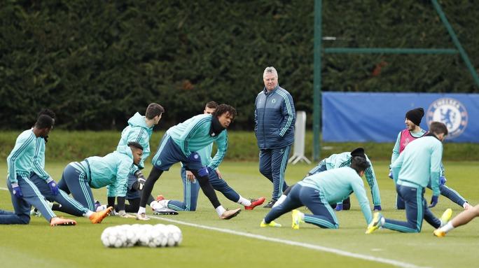 HLV Hiddink sẽ làm gì để giúp Chelsea ngược dòng trước PSG?