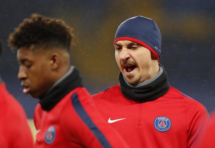 Tiền đạo Ibrahimovic, người mà các hậu vệ Chelsea phải rất dè chừng