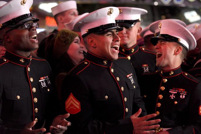 Lính thủy đánh bộ Mỹ hát tại quảng trường Thời đại vào đêm giao thừa. Ảnh: Reuters