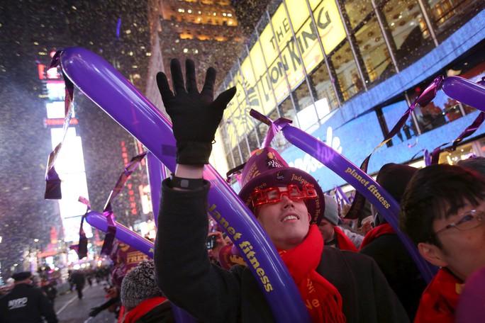Người dân đón Tết Dương lịch tại quảng trường Thời đại. Ảnh: Reuters