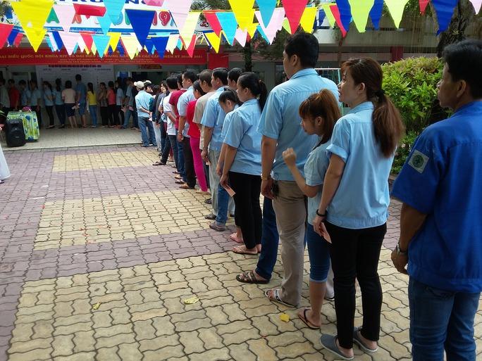 Xếp hàng chờ lấy phiếu bầu