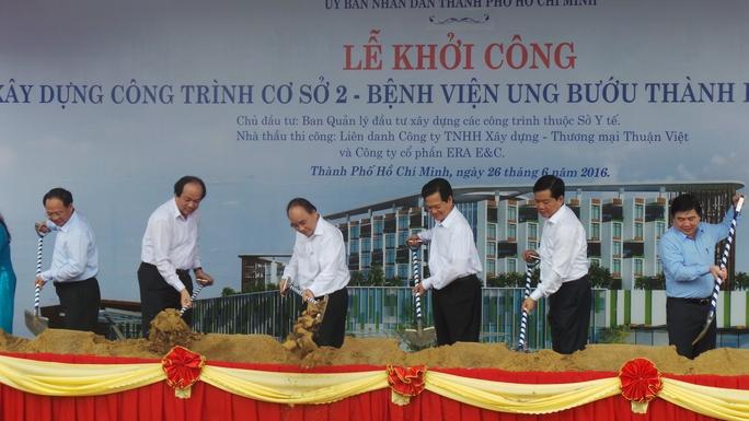 Thủ tướng Chính phủ cùng lãnh đạo TP HCM tại lễ khởi công