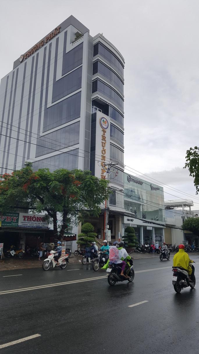 Trụ sở Công ty TNHH Trường Phát đã được xây dựng xong nhưng hồ sơ xin phép chưa đầy đủ, thiếu văn bản thỏa thuận về độ cao theo quy định tại Nghị định 20 của Chính phủ.