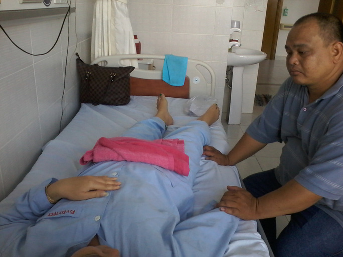Anh Lành chăm sóc chị Phương lúc đang điều trị tại Bệnh viện Đa khoa TP Cần Thơ