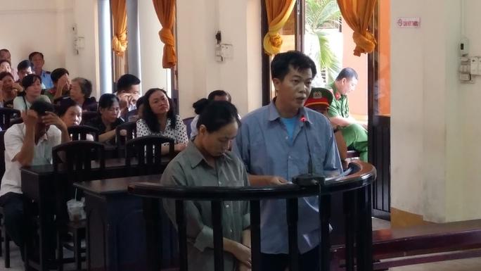 Hai cựu cán bộ Phòng Hậu cần-Kỹ thuật Công an tỉnh Kiên Giang trong phiên tòa xét xử ngày 25-7.