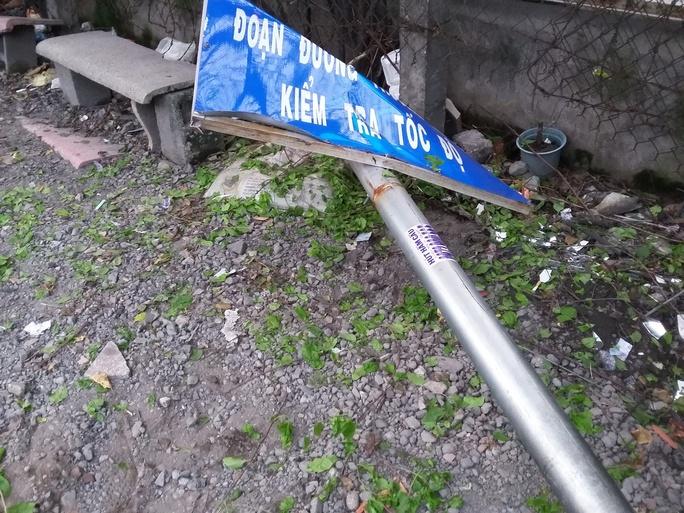 Biển báo giao thông bị tông đổ