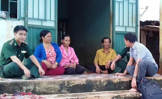Những nạn nhân kể lại chuyện thoát khỏi dòng nước lũ kinh hoàng cho phóng viên - Ảnh: Hoàng Thanh