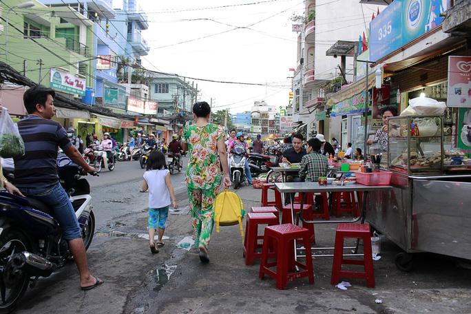 Hàng quán ăn uống khắp nơi đẩy người đi bộ xuống lòng đường để di chuyển
