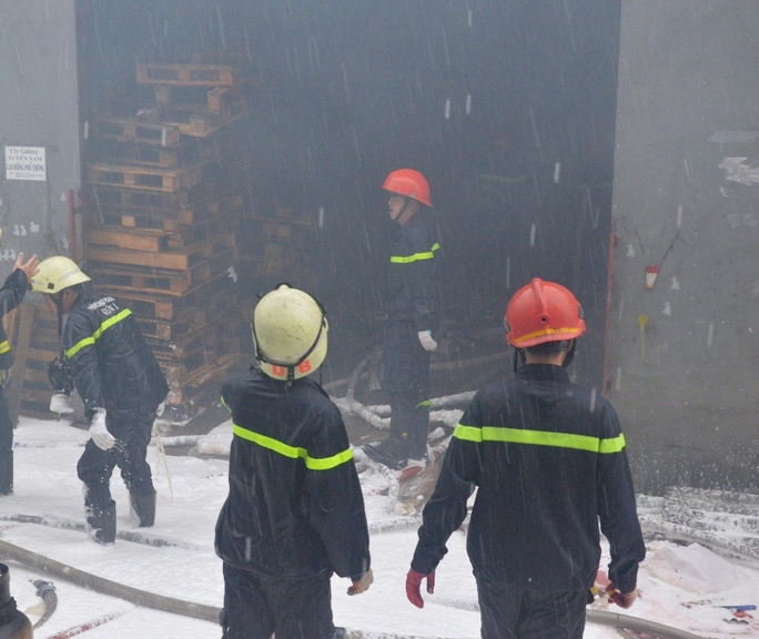 Dù trời mưa nhưng phải đến khoảng 15 giờ cùng ngày, đám cháy mới được khống chế