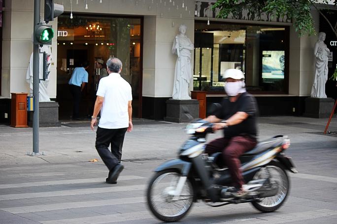 Mặc dù đang là đèn đỏ - khoảng thời gian cho người đi bộ sang đường, nhưng xe máy vẫn phóng vun vút.
