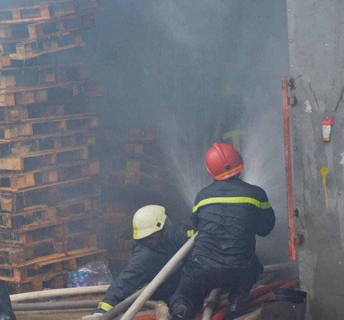 Lực lượng cứu hỏa phải tiếp cận sâu vào bên trong đám cháy để dập lửa