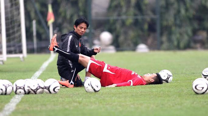 Tiền vệ Minh Tuấn phải tập theo chế độ riêng với sự hỗ trợ của bác sĩ đội tuyển.