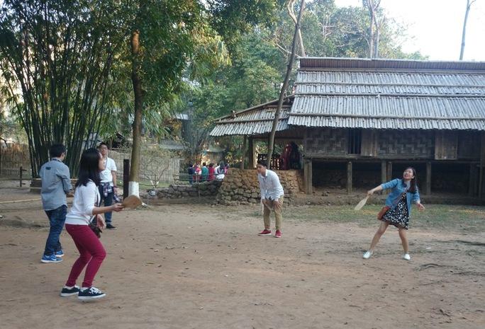 Chơi cầu lông gà trong khuôn viên khu nhà người Mông