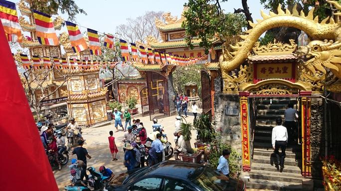 Chùa núi Châu Thới là một trong những ngôi chùa nổi tiếng ở tỉnh Bình Dương. Mỗi dịp rằm nơi đây lại tấp nập người hành hương lên chùa cầu an.